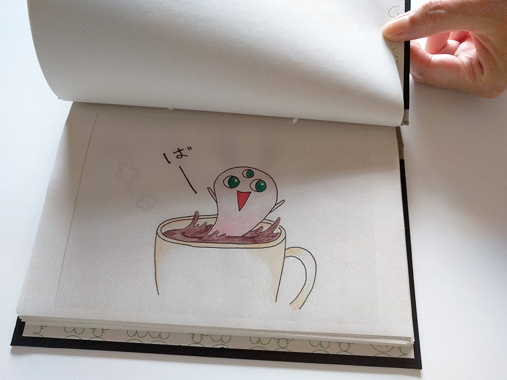 絵本の写真-おばけが「ばぁー」としている