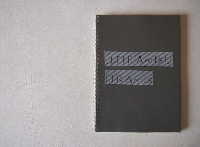 鈴木の愛用するセリアのノート。表紙にペタッと。