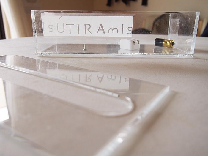 透明のテープにすればアクリルに貼ってもなじみます。
