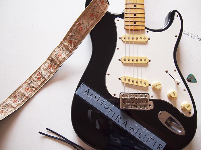 弾けないギターに貼ればハッタリもききます。